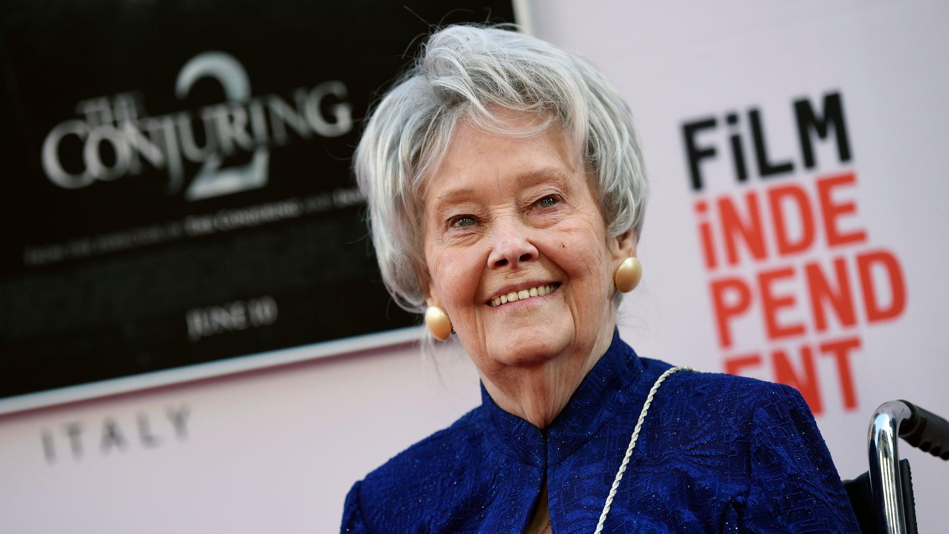 """لورین وارن در این 7 ژوئن سال 2016، عکس فایل، معاون پژوهشی و مشاور فیلم، Lorraine Warren در نمایشگاه فیلم """"The Conjuring 2"""" در جشنواره فیلم لس آنجلس در تئاتر چینی TCL در لس آنجلس قرار می گیرد. (اسوشیتد پرس)"""