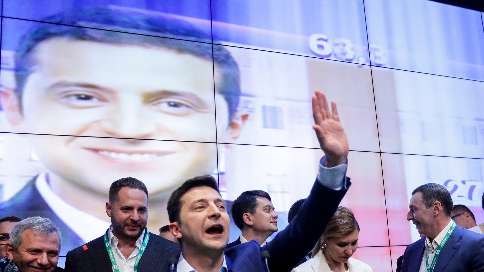 ولادیمیر زلنسکی، کمدین و کاندیدای ریاست جمهوری لهستان، هنگام صحبت با حامیانش در ستادش پس از دور دوم انتخابات ریاست جمهوری در کیف، اوکراین، یکشنبه، آوریل 21، 2019 است. اوکراینی روز یکشنبه در یک ریاست جمهوری در ریاست جمهوری، به عنوان رهبر سابق رئیس جمهور مبارزه کرد یک کمدین که فساد را محکوم می کند و نقش رئیس جمهور را در یک کمدی تلویزیونی بازی می کند، یک چالش جدی را از بین می برد.
