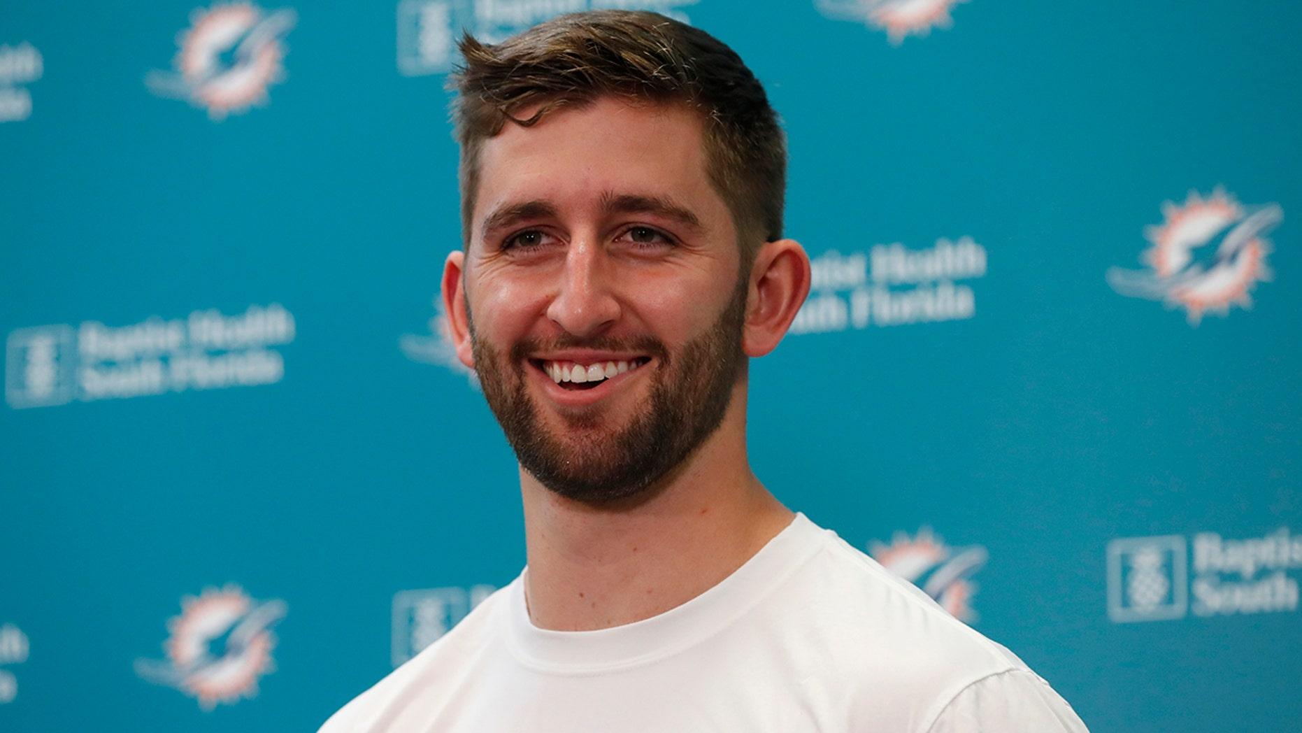 online dating جاش رزن، بازیکن فوتبال NFL میامی که در یک کنفرانس خبری، دوشنبه، 29 آوریل 2019 در تسهیلات آموزش و پرورش دلفین ها در Davie، Fla، سخن می گوید. دلفین ها یک پیش نویس انتخاب دوم 2019 و انتخاب پنجم دورۀ 2020 به آریزونا برای روزن. (AP Photo / Wilfredo Lee)