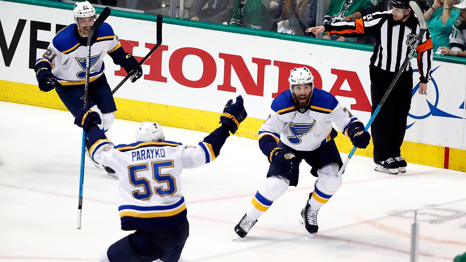 St. Louis Blues的Tyler Bozak(21岁),Colton Parayko(55岁)和Pat Maroon(7岁)在达拉斯举行的NHL第二轮曲棍球季后赛第三场比赛的第三场比赛中庆祝Maroon对阵达拉斯之星的进球, 2019年4月29日,星期一。(美联社照片/ Tony Gutierrez)