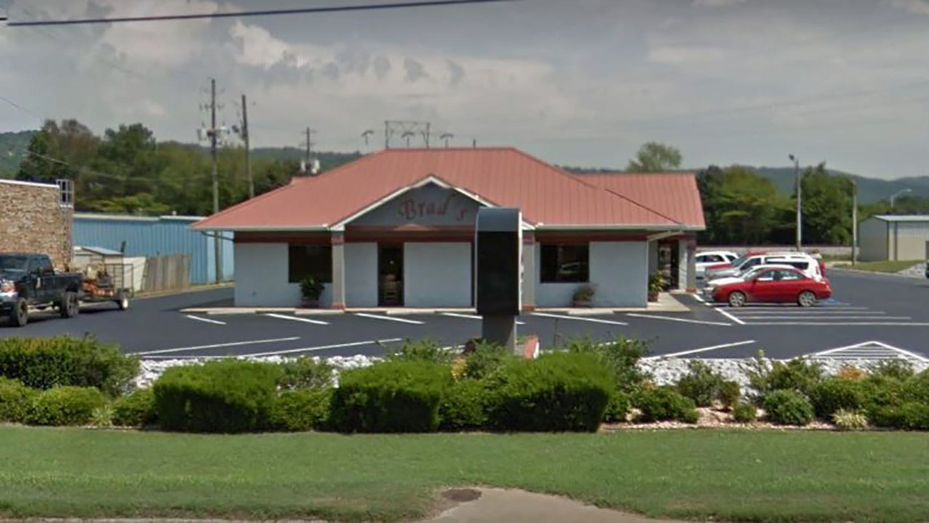 The group were dining during Brad's BBQ in Oxford, Alabama when they met a widow.