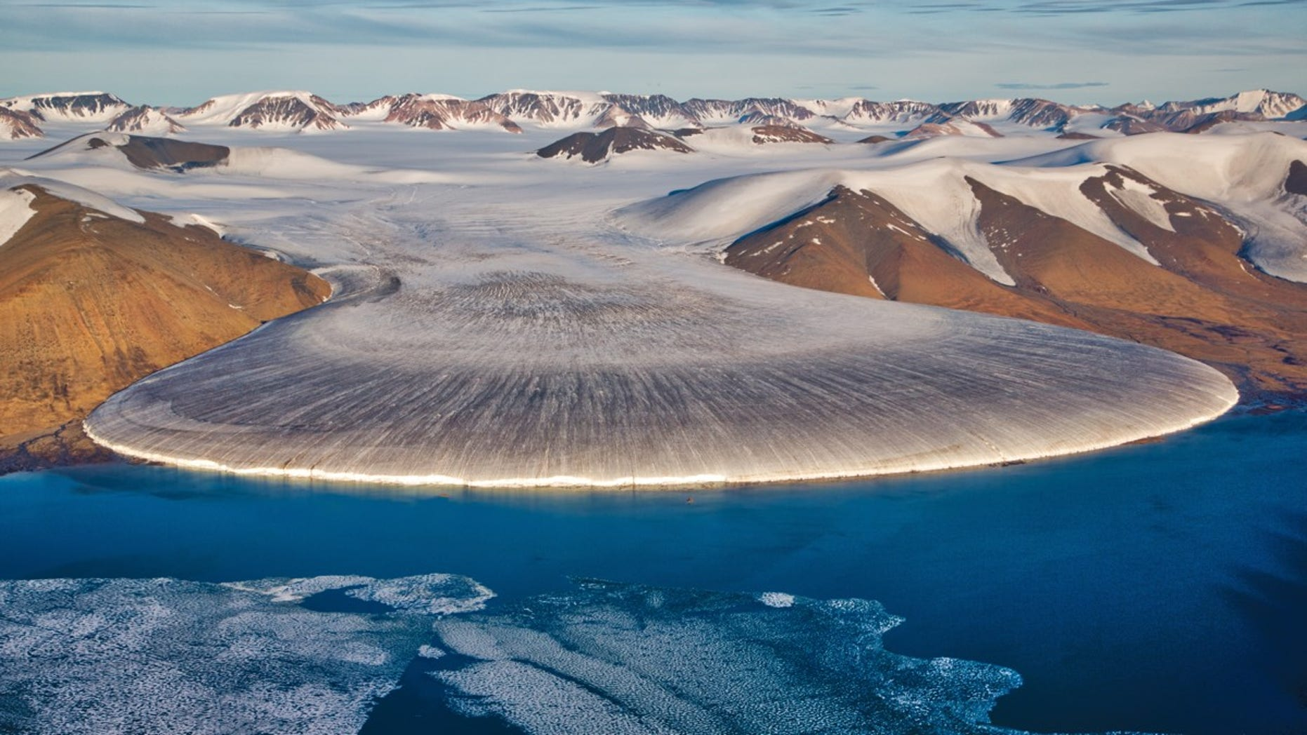 At the beginning of the Quaternary period, glaciers crept down from Greenland to coveThis photo shows a glacier in North Greenland.