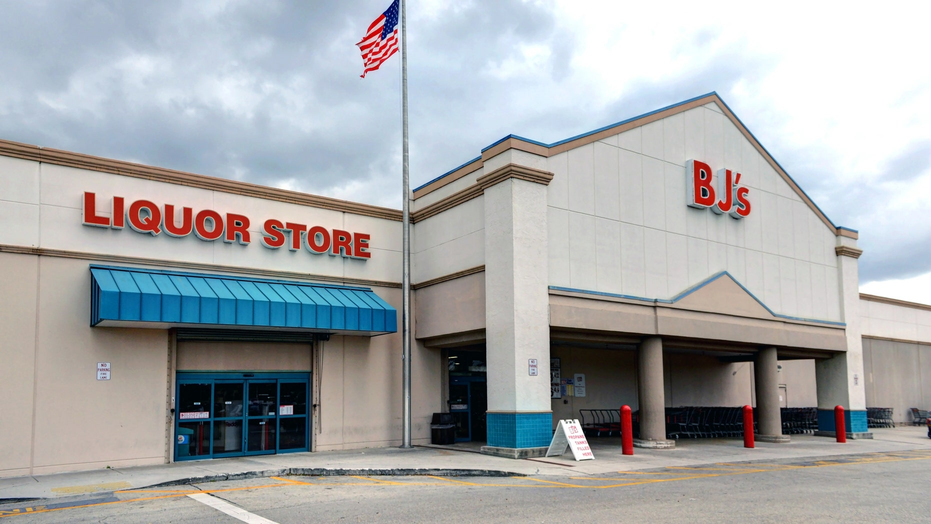 Hollywood, FL, USA - March 5, 2017: BJ's is a membership only Wholesale Club with over 200 locations mainly on the East Coast of the USA. This location at Oakwood Plaza has an adjacent liquor store.