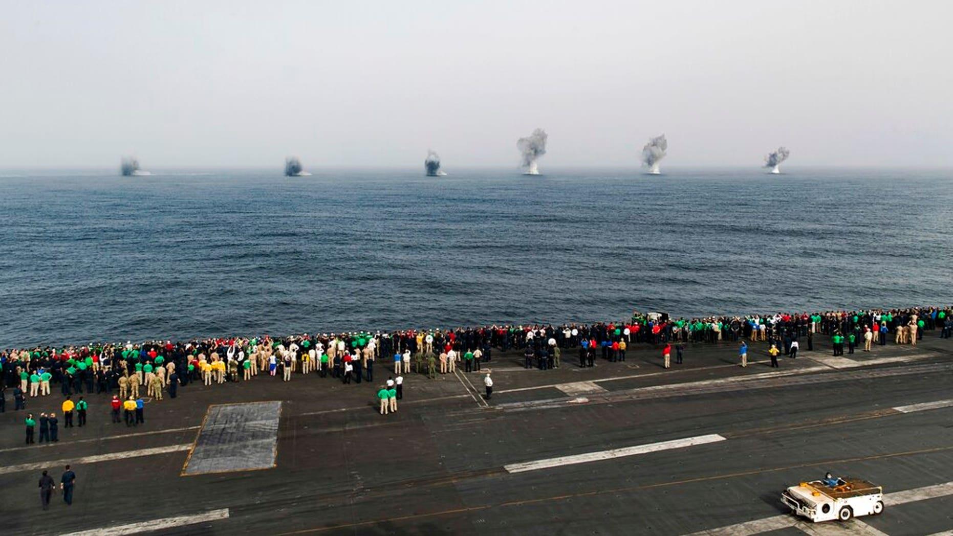 """در این پنجشنبه، 4 ژوئیه 2019، عکس ساخته شده توسط نیروی دریایی ایالات متحده در دسترس، دو F / A-18 Super Hornets اختصاص داده شده به حمل بال هواپیما (CVW 7) کاهش 1000 پوند بمب های عمومی در طول روز استقلال تظاهرات هوایی در کنار هواپیمای بدون سرنشین هواپیمای نامزدی ایالات متحده آمریکا آبراهام لینکلن در دریای عرب. ایالات متحده آمریکا ابراهیم لینکلن در خلال تنش بین ایالات متحده و ایران به عنوان """"معامله هسته ای 2015"""" با قدرت های جهانی متوقف شد. (متخصص ارتباطات ارتباطات کلاس سوم، Dan Snow / U.S. Navy از طریق AP)"""