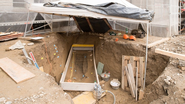 Excavation of a Celtic grave at the Kernschulhaus 2017 (Credit: Office for Urban Development, City of Zurich)