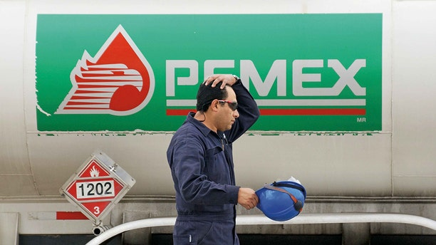 "Under a new collective bargaining contract with its union, Petroleos Mexicanos (Pemex) is giving its workers a ""health incentive"" of $287 a year if they meet certain body mass index (BMI) thresholds and have a waist size under a specific circumference. Archivo Agencia EL UNIVERSAL/EVZ (GDA via AP Images)"