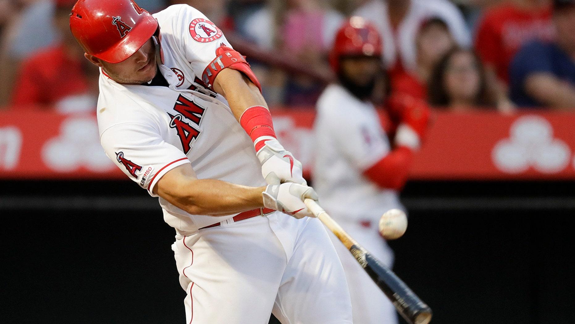 2019年8月31日星期六,洛杉矶天使队的迈克·特劳特在加利福尼亚州阿纳海姆举行的棒球比赛第二局比赛中击败了波士顿红袜队。(美联社照片/克里斯卡尔森)