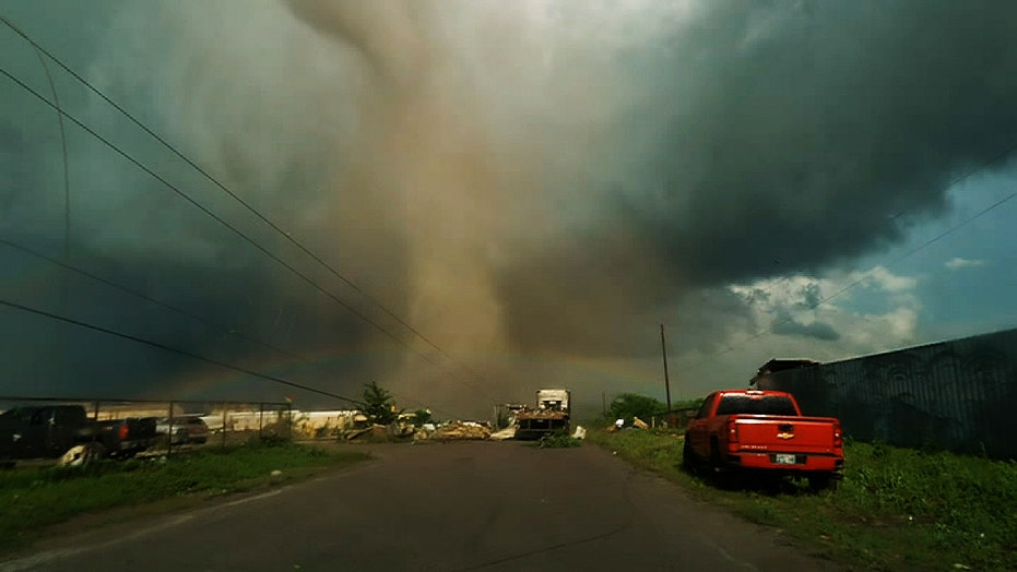 Deadly tornado in Oklahoma seen up close as it tears ...