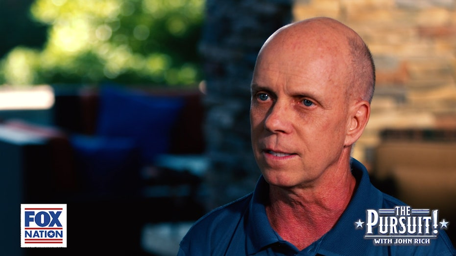 Scott Hamilton describes carrying the flag in the 1980 Winter Olympics