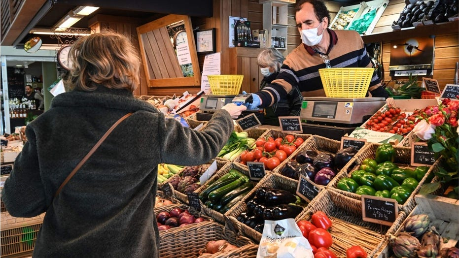 Grocery shopping during the coronavirus pandemic: How to stay safe