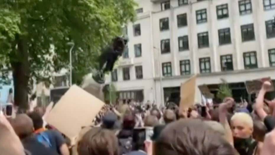 Raw video: Edward Colston statue torn down in England