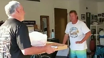 Florida sheriff delivers pizzas to small businesses in his community