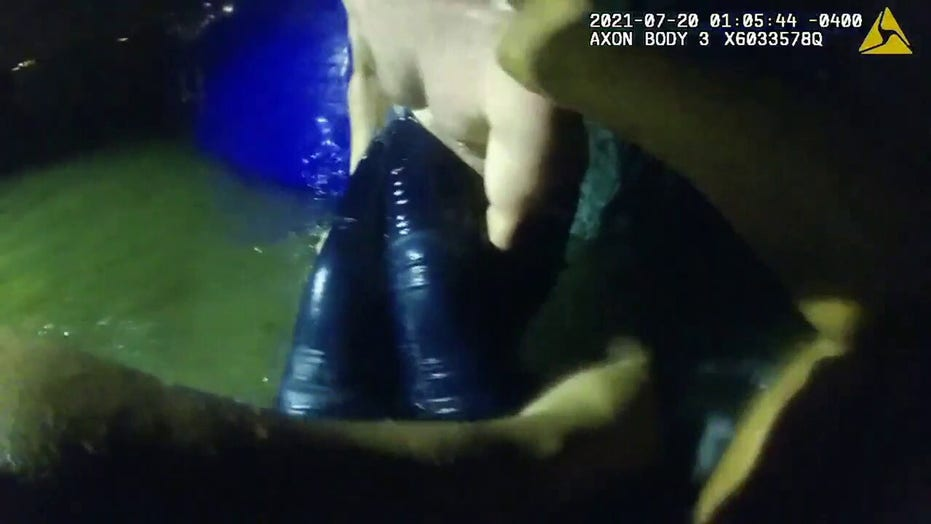 Dramatic video shows Florida police, Good Samaritan rescuing woman from submerged car