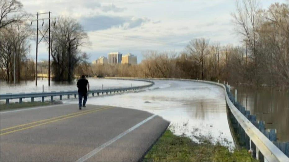 Mississippi man catches 'dinner' on flooded road