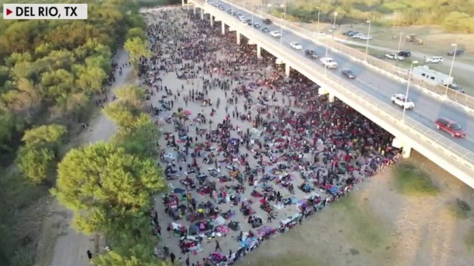 Organized migrant caravan moves toward US, surging past Mexican forces