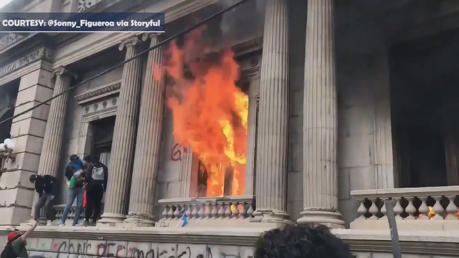 Guatemalan protesters set fires to congressional building