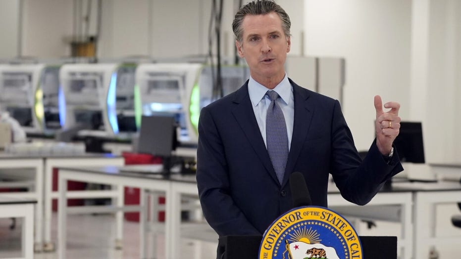 정부. Newsom considers statewide curfew in California