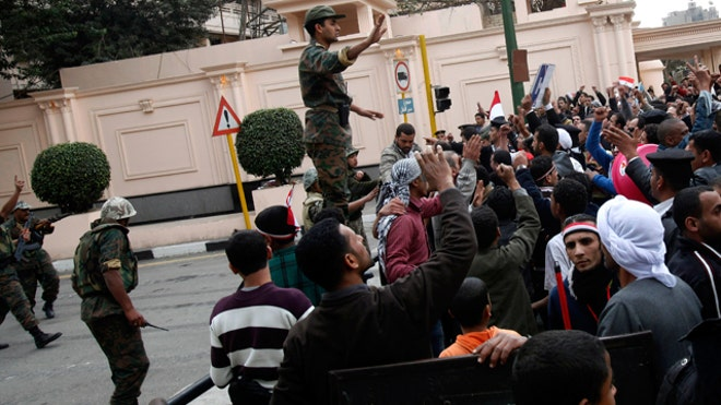 Egyptian-soldier-tries-calms-protesters