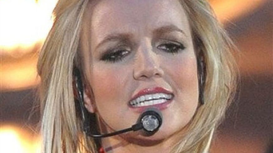 Britney Spears Performing Blond 640