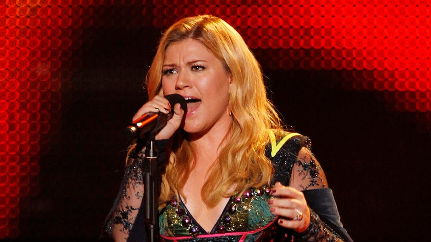 kelly clarkson singing reuters.jpg