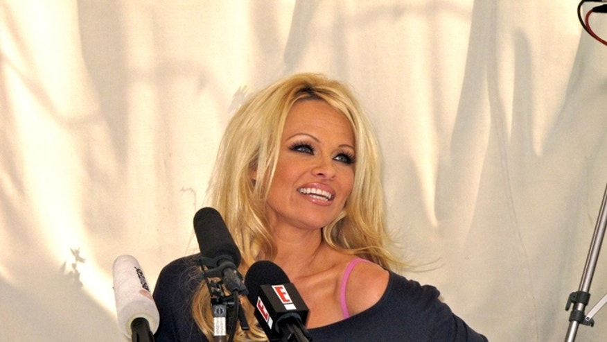 pam anderson press conf 640