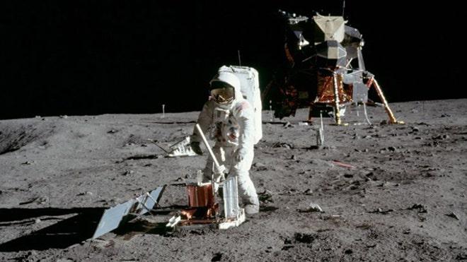 Buzz Aldrin implanta um sismógrafo na lua