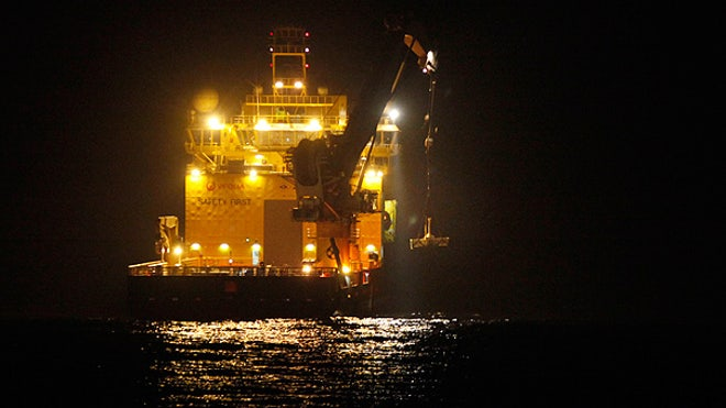 Oil 'top hat' lowered in Gulf