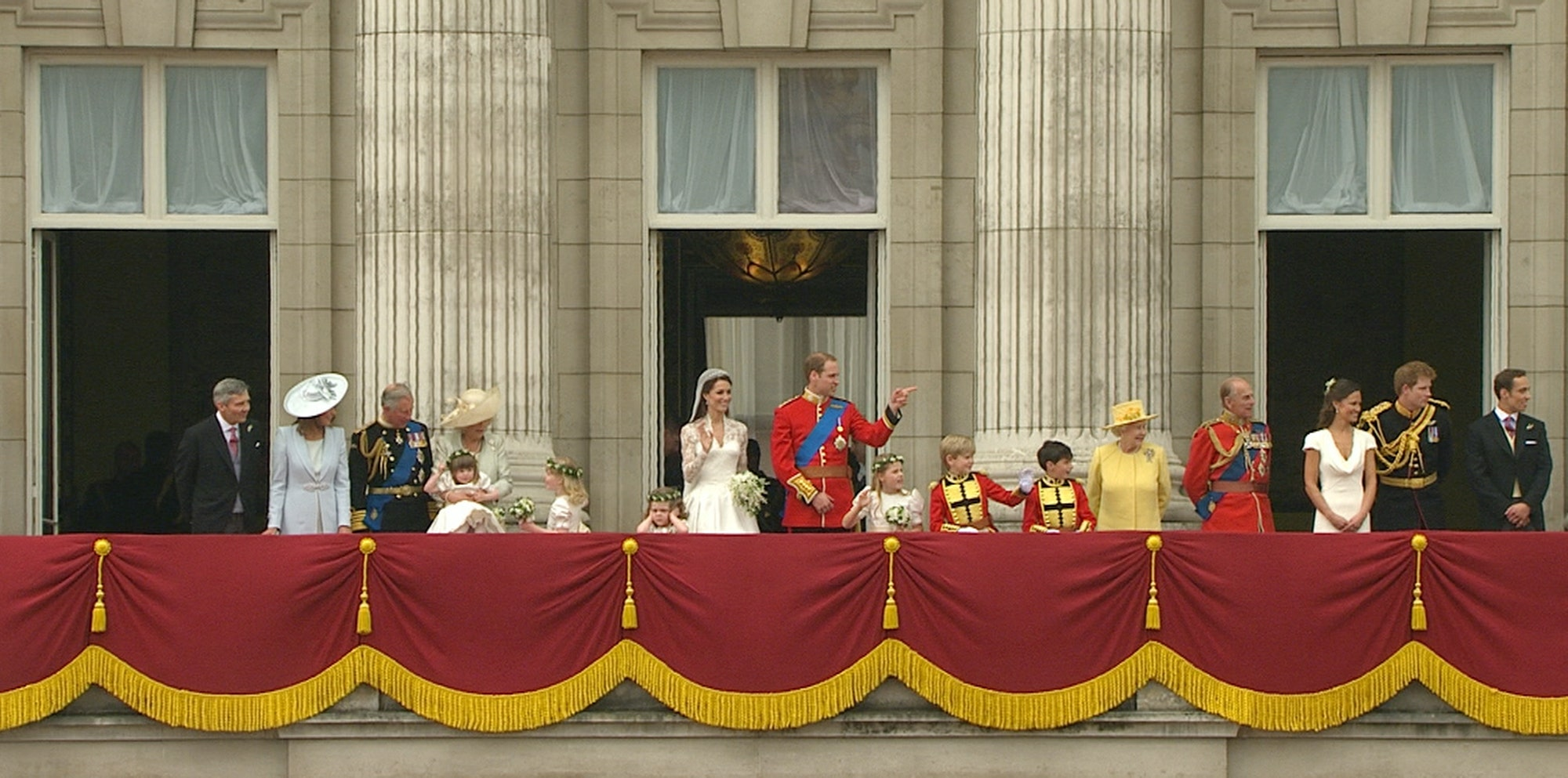 Queen ensures william and kate 39 s baby will have royal for Queens wedding balcony