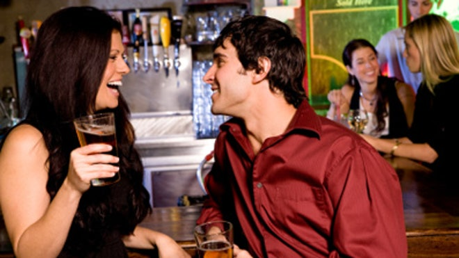 Couple-Date-Drinking-Beer-Bar