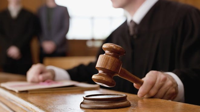 judge-holding-gavel_large-7199ef6dc84e5510VgnVCM100000d7c1a8c0____