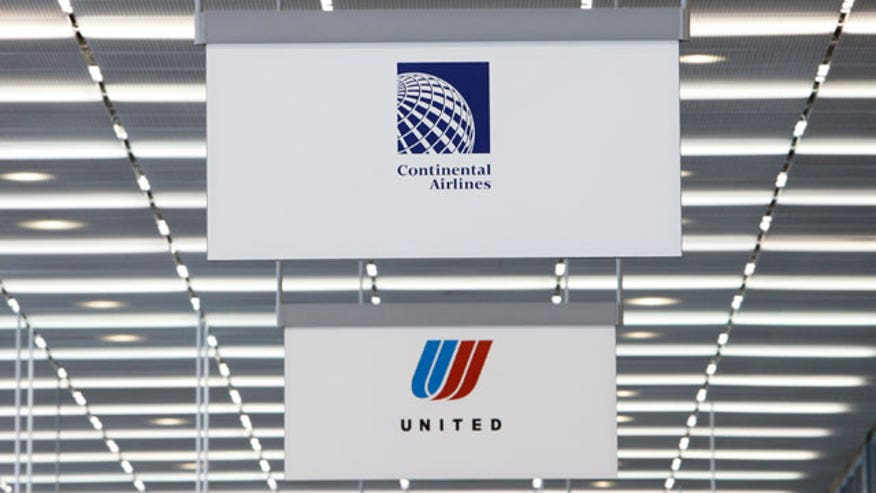 Continental-Airlines-Sign-Next-to-United-Airlines