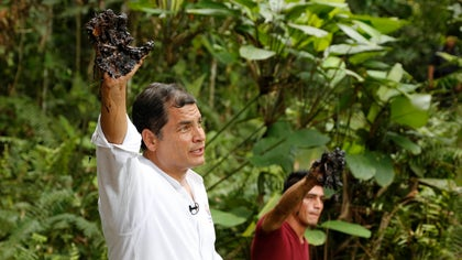President Rafael Correa explained on Tuesday, during a visit to areas threatened by the Cotopaxi volcano, that it costs the OPEC nation $ to produce a barrel of oil for which it only receives $.