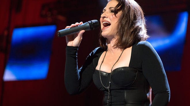Gloria Estefan Singing.jpg