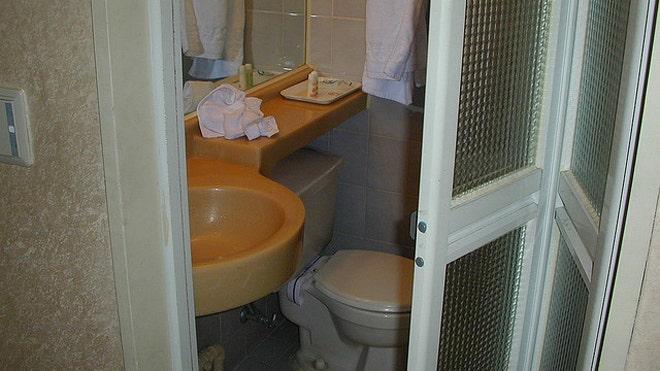 Casa latina how to maximize bathroom space fox news latino - Maximizing space in a small bathroom collection ...