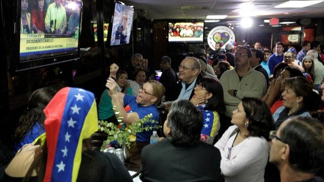 Un grupo de venezolanos se reúne en un restaurante en Doral, Florida ...
