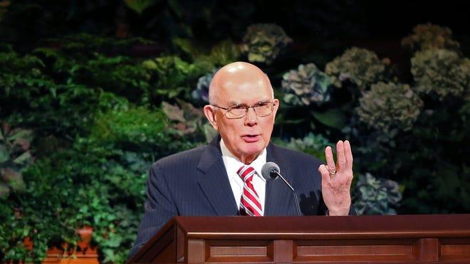 Elder Dallin H. Oaks habla a los miembros de la Iglesia de Jesucristo de los Santos de los Últimos Días, en la última jornada de la Conferencia General.