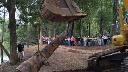 A community in the southern United States reclaimed an important part of its history Tuesday, when three Civil War-era cannons were pulled up from the Pee Dee River in Florence, South Carolina.