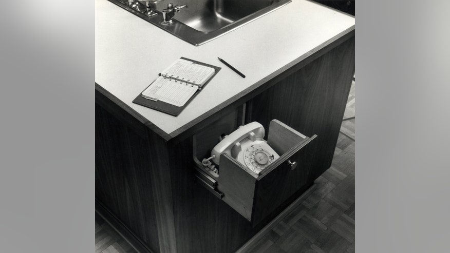 Lincoff_Kitchen_Telephone_RichardFi-e826d58f9d22e410VgnVCM100000d7c1a8c0____