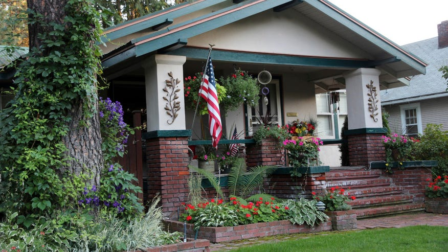 craftsman-house-with-flag-and-flowe-b6419f525d22e410VgnVCM200000d6c1a8c0____