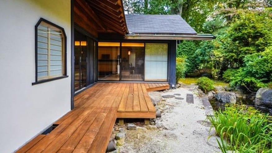 NY-Japanese-house-deck-e14405211481-044838407066f410VgnVCM100000d7c1a8c0____