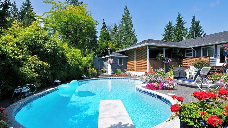 backyard-pool-2253e18660e70510VgnVCM100000d7c1a8c0____
