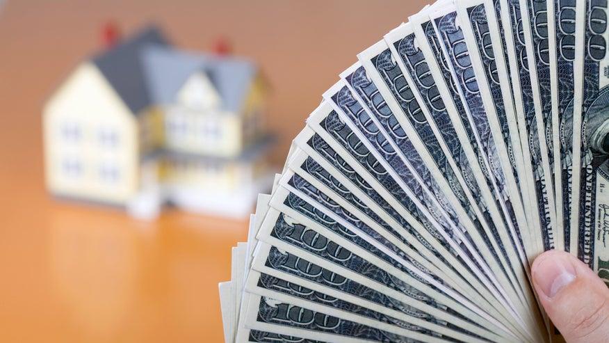 money-fanned-in-front-of-house-bd4156e928c80510VgnVCM200000d6c1a8c0____
