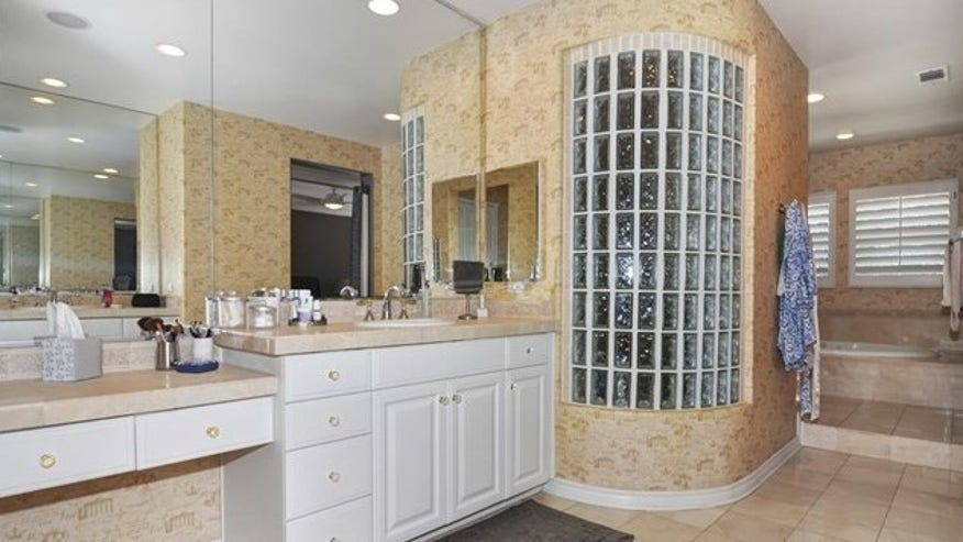 chris-kluwe-bathroom-e1452896611620-a9da487bd4742510VgnVCM100000d7c1a8c0____