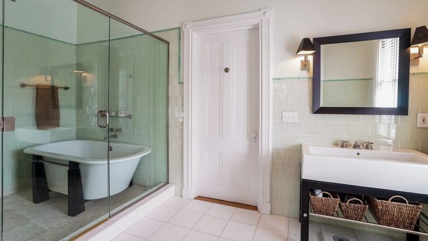 037-Master_Bathroom-2382634-medium--fee57fa75b753510VgnVCM100000d7c1a8c0____