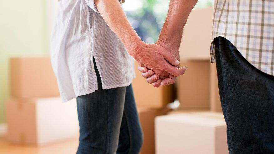 holding-hands-moving-boxes-f43306263ae34510VgnVCM200000d6c1a8c0____