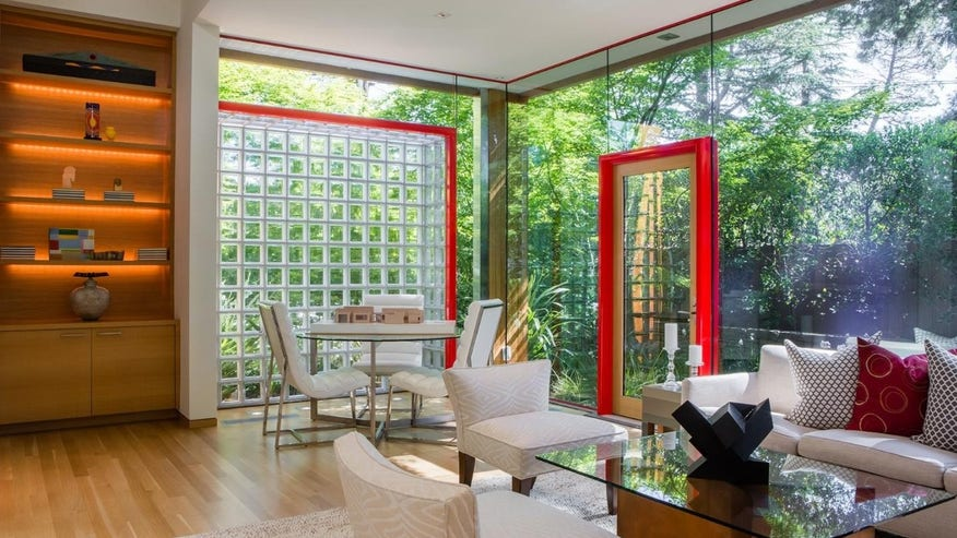 Glass-House-Living-Room-e1461615082-11d354b202f44510VgnVCM100000d7c1a8c0____