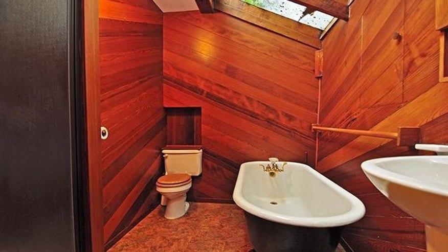 SF-Earthquake-Shack-Bathroom-e14625-ac20ba7d19694510VgnVCM100000d7c1a8c0____