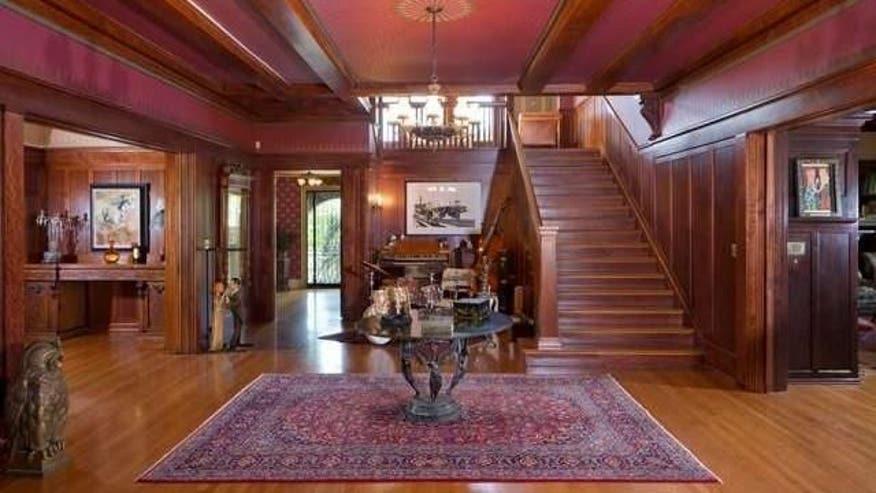 David-Arquette-staircase-e146663539-a14537dcf1d75510VgnVCM100000d7c1a8c0____