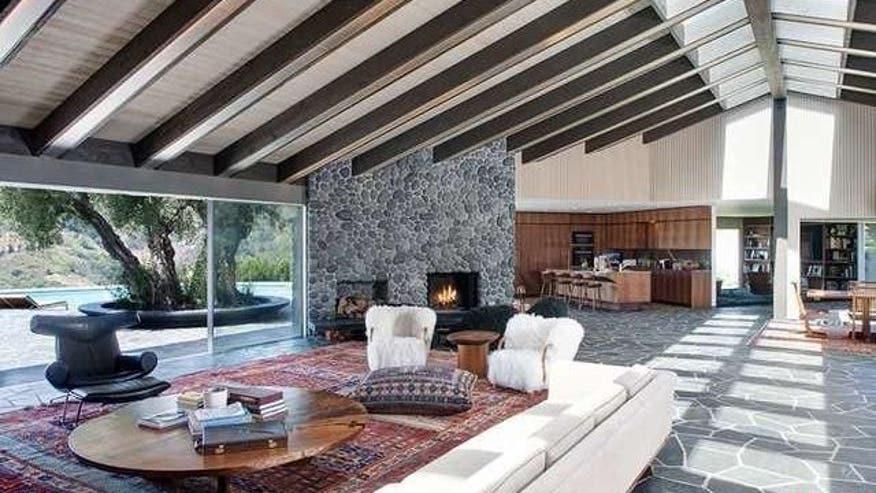 Beverly-Hills-Adam-Levine-e14670705-34a97f26b0795510VgnVCM100000d7c1a8c0____