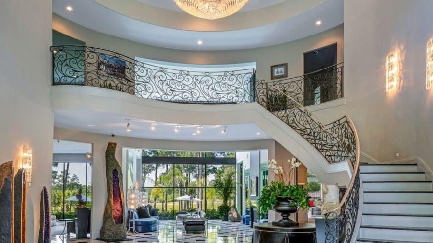 Giant-closet-mansion-832x468-d584c0dab40e5510VgnVCM100000d7c1a8c0____